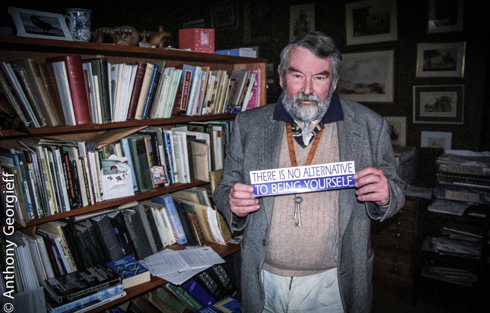John Fowles in seiner Bibliothek (Foto: Anthony Georgieff)
